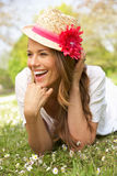 Mujer que miente en el campo de las flores del verano foto de archivo libre de regalías