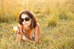 Mujer que miente en el prado Imagenes de archivo