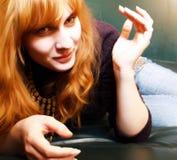 Mujer que miente en el sofá fotografía de archivo libre de regalías