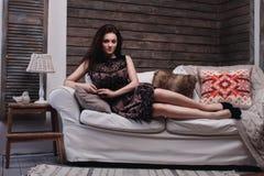 Mujer que miente en el sofá Fotos de archivo