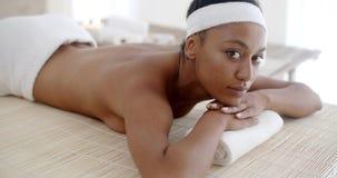 Mujer que miente en el vector del masaje metrajes