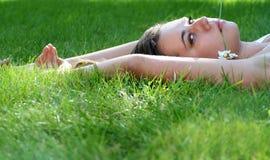 Mujer que miente en hierba Imagen de archivo