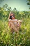 Mujer que miente en hierba Foto de archivo