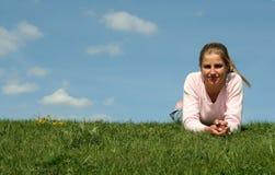 Mujer que miente en hierba Fotografía de archivo libre de regalías