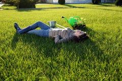 Mujer que miente en hierba verde Fotografía de archivo libre de regalías