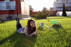 Mujer que miente en hierba verde Imagen de archivo libre de regalías