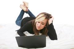Mujer que miente en la cama Fotografía de archivo libre de regalías
