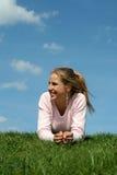 Mujer que miente en la hierba Fotos de archivo libres de regalías