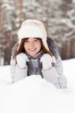 Mujer que miente en la nieve Fotografía de archivo libre de regalías