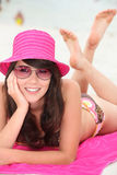 Mujer que miente en la playa Imagen de archivo libre de regalías
