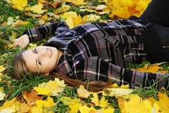 Mujer que miente en las hojas Imagen de archivo libre de regalías