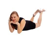 Mujer que miente en piso y la sonrisa Imagen de archivo