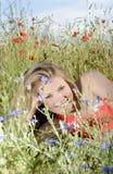 Mujer que miente en prado Foto de archivo libre de regalías