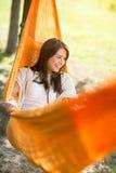 Mujer que miente y que goza en hamaca Imagen de archivo libre de regalías