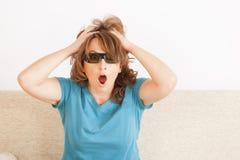 Mujer que mira 3D TV en vidrios Foto de archivo libre de regalías