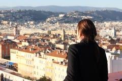 Mujer que mira abajo la ciudad de Niza Foto de archivo libre de regalías