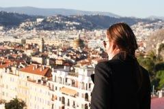 Mujer que mira abajo la ciudad de Niza Imágenes de archivo libres de regalías