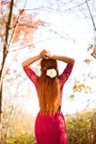 Mujer que mira adelante - a Autumn Lifestyle Fotografía de archivo libre de regalías