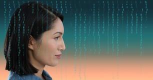 Mujer que mira adelante con la capa de la codificación Fotografía de archivo