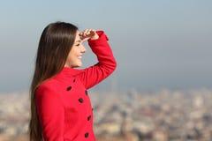 Mujer que mira adelante con la ciudad en el fondo Imagenes de archivo