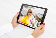 Mujer que mira al blogger video en línea en la tableta Fotografía de archivo libre de regalías