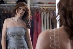 Mujer que mira al espejo fotografía de archivo