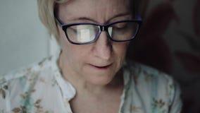Mujer que mira algo en la pantalla del smartphone metrajes