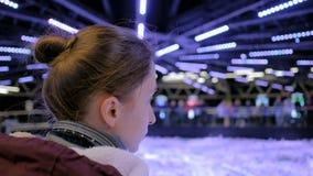 Mujer que mira alrededor en museo moderno almacen de metraje de vídeo