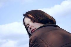 Mujer que mira detrás Fotografía de archivo
