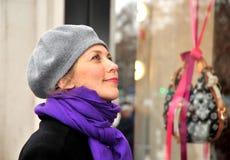 Mujer que mira el almacén de la manera Imagen de archivo