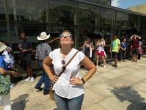 Mujer que mira el eclipse solar parcial Imagen de archivo libre de regalías
