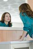 Mujer que mira el espejo Fotografía de archivo libre de regalías