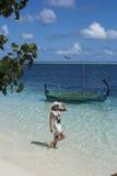 Mujer que mira el mar Foto de archivo libre de regalías