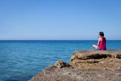 Mujer que mira el mar en un muelle viejo foto de archivo libre de regalías
