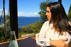Mujer que mira el paisaje a través de la ventana imagen de archivo