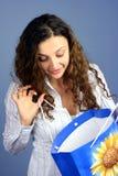 Mujer que mira en bolso de compras Imagen de archivo libre de regalías