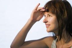 Mujer que mira en distancia imagenes de archivo