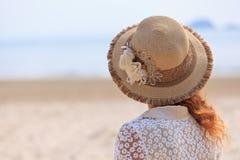 Mujer que mira en el mar Foto de archivo libre de regalías