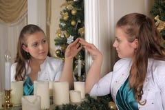 Mujer que mira en el uno mismo en espejo Fotos de archivo libres de regalías