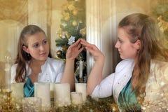 Mujer que mira en el uno mismo en espejo Fotografía de archivo