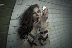 Mujer que mira en espejo foto de archivo libre de regalías