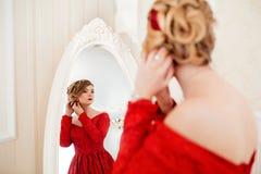 Mujer que mira en espejo fotografía de archivo