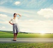 Mujer que mira en la distancia Fotografía de archivo