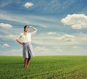 Mujer que mira en la distancia Foto de archivo libre de regalías