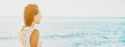 Mujer que mira en la distancia en el mar imágenes de archivo libres de regalías