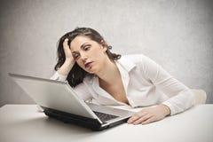 Mujer que mira fijamente el ordenador portátil foto de archivo