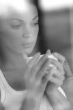 Mujer que mira fijamente la ventana Foto de archivo