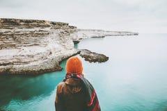 Mujer que mira forma de vida sola del viaje de la opinión fría del mar Fotografía de archivo