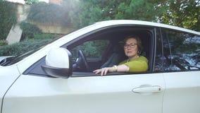 Mujer que mira fuera de la ventanilla del coche almacen de video