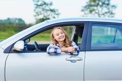Mujer que mira fuera de la ventanilla del coche Fotografía de archivo